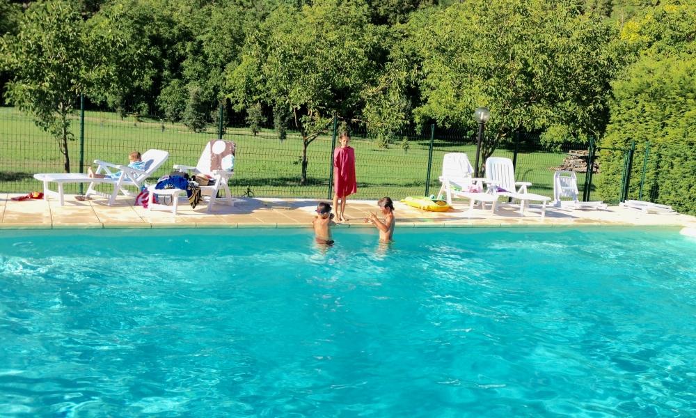 location-chalet-perigord-avec-piscine